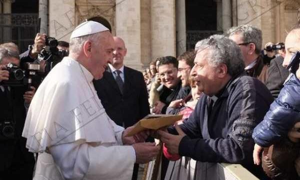 Don Elio consegna il CD Fides a Papa Francesco
